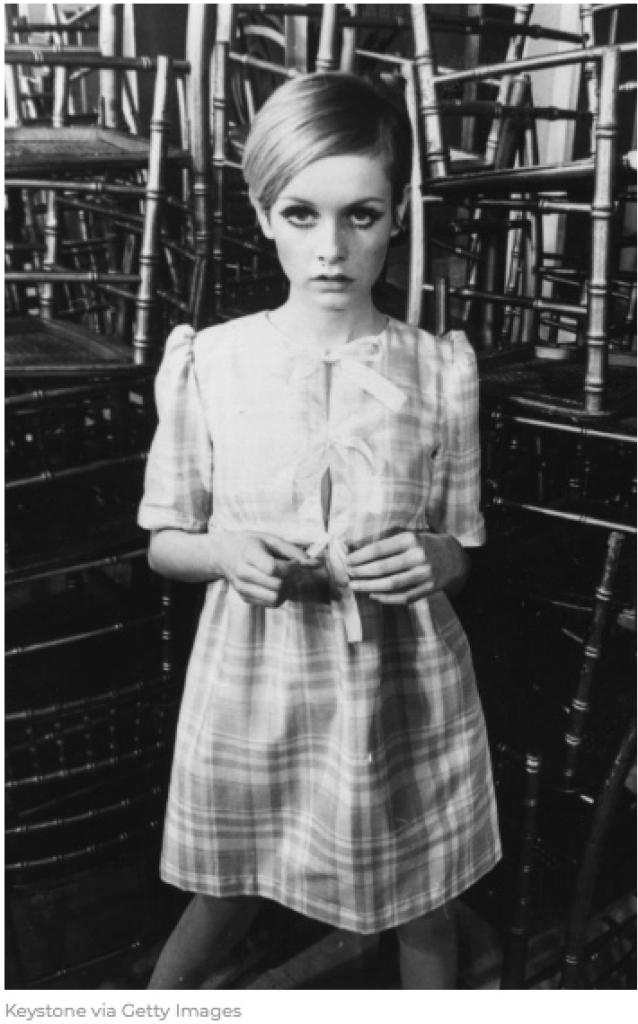 1968 ツイッギーラベルのドレスを着用
