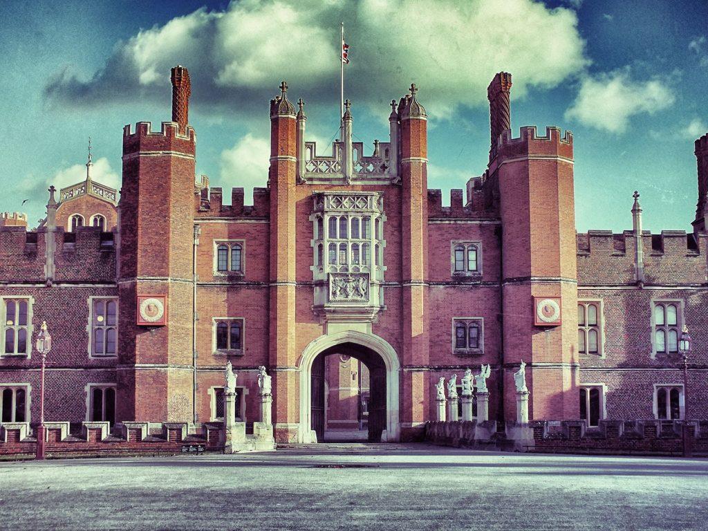 ヘンリー8世が寵姫たちと暮らしたハンプトンコート宮殿