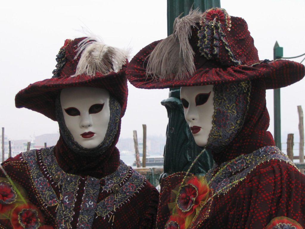 仮装と仮面をしたヴェネツィアのカーニバルの参加者
